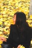 一个滑稽的年轻可爱的女孩有乐趣和无所事事在秋天公园 快乐的情感,秋天心情 图库摄影