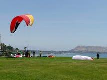 一个滑翔伞登陆,并且别的将飞行,利马 免版税图库摄影