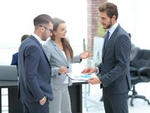一个满意的企业夫人解释统计图 免版税库存照片