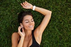 一个满意的健身女孩的顶视图耳机放置的 免版税图库摄影