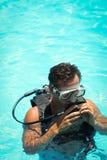 一个潜航的面具的年轻人 免版税库存照片
