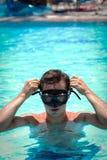一个潜航的面具的年轻人 库存照片
