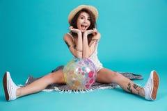 一个激动的夏天女孩的画象坐毯子 免版税库存图片