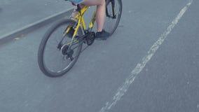 一个激动的爸爸帮助她的年轻亚裔女儿第一次骑她的桃红色自行车,不用训练轮子 股票视频