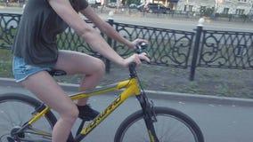 一个激动的爸爸帮助她的年轻亚裔女儿第一次骑她的桃红色自行车,不用训练轮子 影视素材