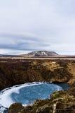 一个火山口的湖与一座山在背景中 免版税库存图片