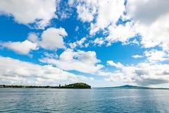 一个火山岛的看法横跨水的 免版税库存图片