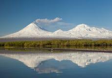 一个火山的反射在湖 免版税图库摄影