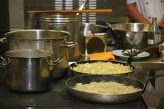 一个火炉在食家餐馆 个人烹饪器材厨师 食物是可口的 食品的热治疗 图库摄影