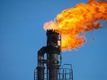 一个火炬的系统在油田的 烧通过焊枪管 免版税库存图片