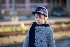 一个火车站的男孩 图库摄影