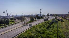一个火车站的都市风景是发行驻地、一个口岸与起重机和卡车街道 库存图片