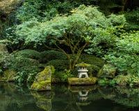 一个灯笼在波特兰日本人庭院里 免版税库存照片