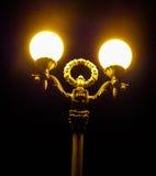 一个灯笼的昏暗的光在晚上在城市 图库摄影