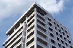 一个灰色大厦的框架反对天空的 库存照片