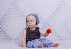 一个灰色帽子的逗人喜爱的婴儿男孩 免版税图库摄影
