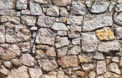 一个灰色石墙的片段 免版税库存照片