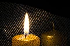 一个灼烧的蜡烛 库存图片