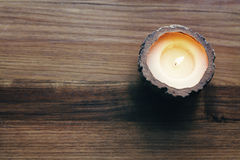 一个灼烧的装饰蜡烛的天花板 图库摄影