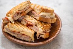 一个烤火腿和瑞士乳酪三明治 免版税库存照片
