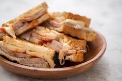 一个烤火腿和瑞士乳酪三明治 免版税图库摄影