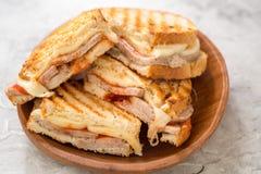 一个烤火腿和瑞士乳酪三明治 免版税库存图片