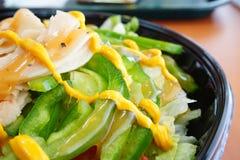 一个烤鸡火腿和青椒在沙拉 免版税库存图片
