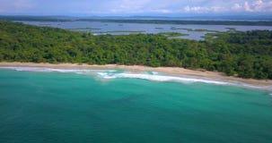 一个热带加勒比海滩的空中寄生虫视图在Bocas del托罗,巴拿马的 股票视频