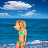一个热带夏天海滩的白肤金发的旅游女孩 库存照片