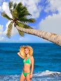 一个热带夏天海滩的白肤金发的旅游女孩 库存图片