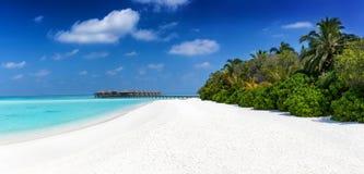 一个热带天堂海滩的全景 免版税库存图片