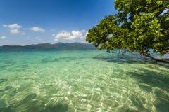 从一个热带海岛岸的惊人的看法  酸值张 图库摄影