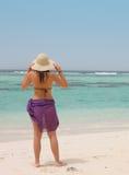 一个热带海滩的妇女 免版税库存图片