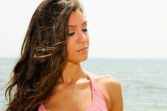 一个热带海滩的美丽的妇女 免版税库存图片
