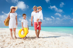 一个热带海滩假期的家庭 库存图片