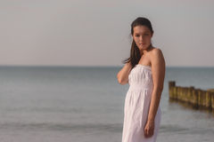 一个热带海滩的冥想的美丽的妇女 免版税库存图片