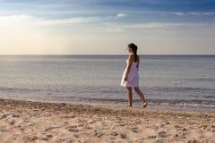 一个热带海滩的冥想的美丽的妇女 免版税图库摄影