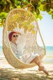 一个热带海滩的妇女 免版税库存照片