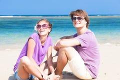 一个热带海滩的浪漫恋人。 免版税图库摄影