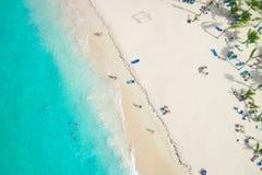 一个热带海滩的美丽的景色从空气的 库存图片
