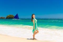 一个热带海滩的年轻美丽的亚裔女孩 热带海 库存照片