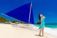 一个热带海滩的年轻美丽的亚裔女孩 热带的海 库存图片