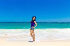 一个热带海滩的年轻美丽的亚裔女孩 katya krasnodar夏天领土假期 图库摄影