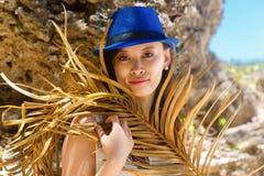一个热带海滩的年轻美丽的亚裔女孩 katya krasnodar夏天领土假期 库存照片