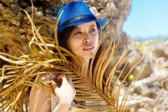 一个热带海滩的年轻美丽的亚裔女孩 katya krasnodar夏天领土假期 库存图片