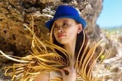 一个热带海滩的年轻美丽的亚裔女孩 katya krasnodar夏天领土假期 免版税库存照片