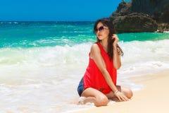 一个热带海滩的年轻美丽的亚裔女孩 katya krasnodar夏天领土假期 免版税图库摄影
