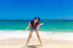 一个热带海滩的年轻美丽的亚裔女孩 katya krasnodar夏天领土假期 免版税库存图片