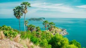 一个热带风景的照片与海的 免版税库存照片