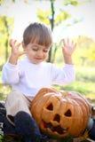 一个热心万圣节小男孩的纵向 库存图片